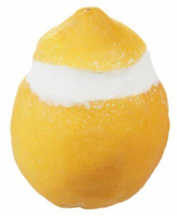 Limone ripieno di gelato al limone