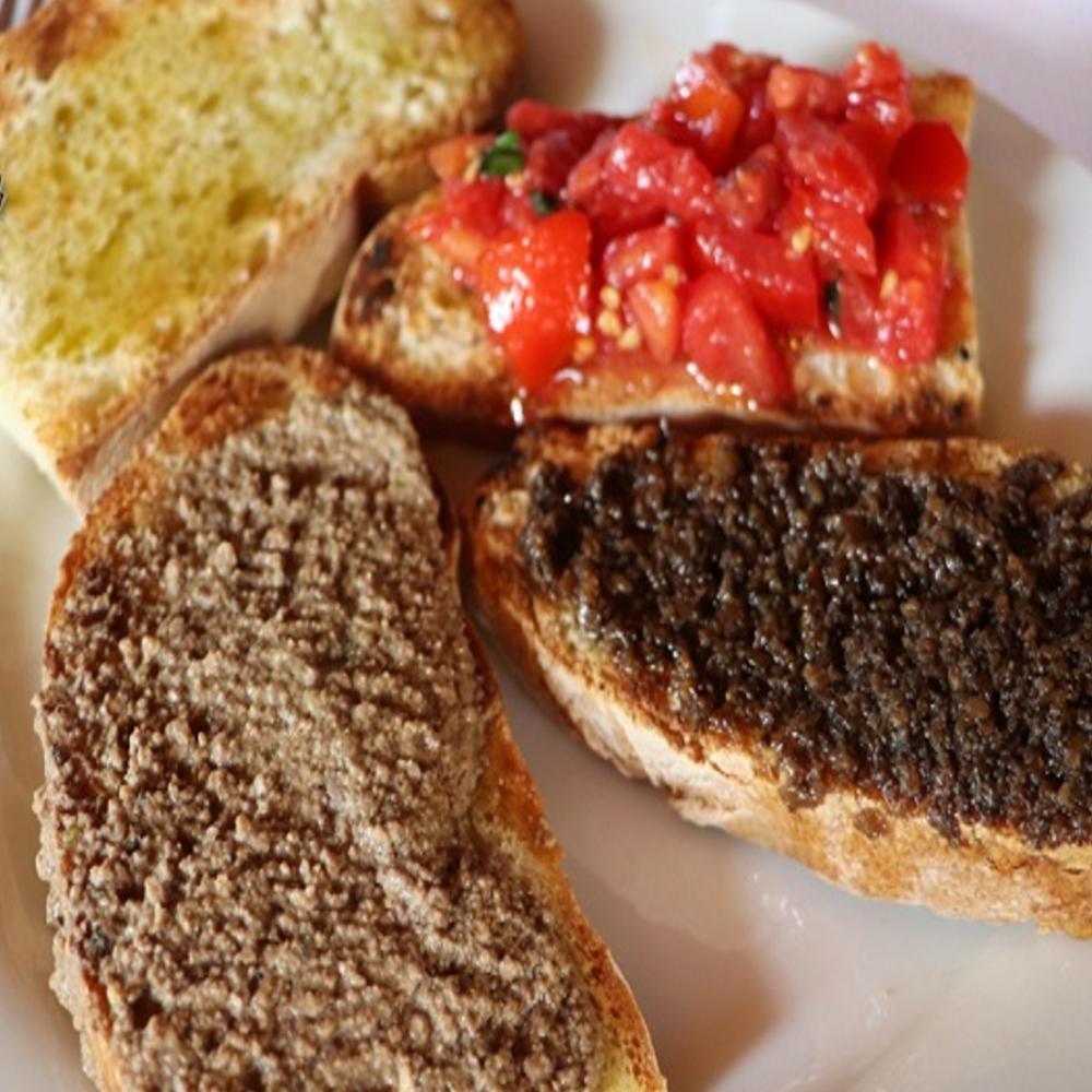 Bruschetta mista con pomodoro e basilico, salsa tartufata, salsiccia, aglio ed olio extravergine di oliva