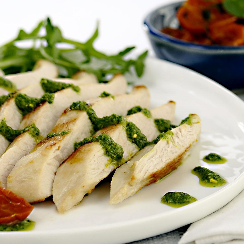 Tagliata di pollo con pesto di rucola e pomodorini secchi